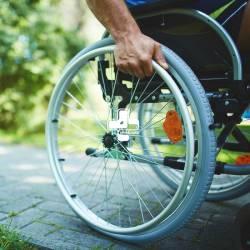 صندلی چرخدار (ویلچر) چیست؟ انواع ویلچر
